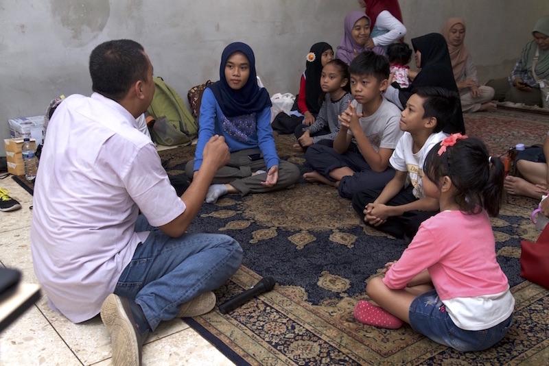 Bukik Setiawan sedang berbincang dengan presentan Suara Anak kemerdekaan belajar gemar belajar